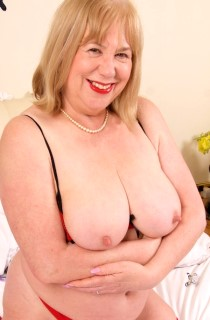 SpeedyBee Adult Website - SpeedyBee is a kinky mature BBW English housewife
